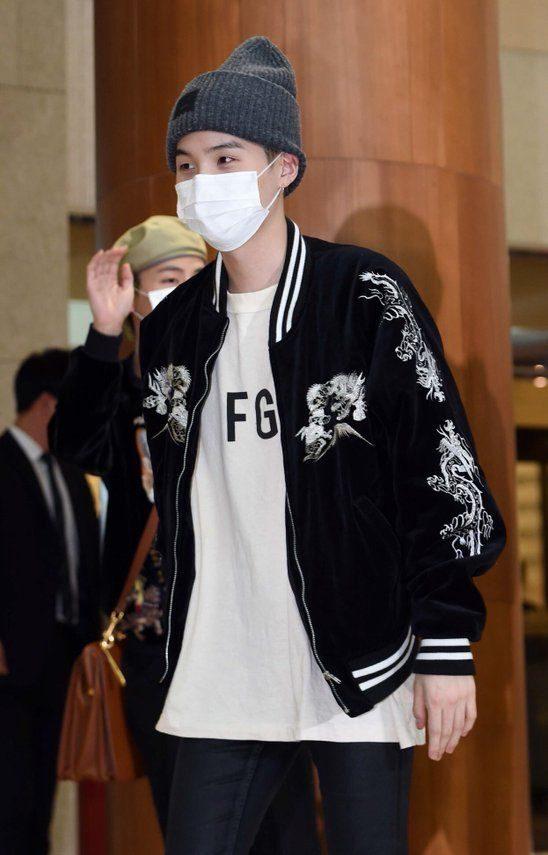 Min-Yoongi-in-black-jacket